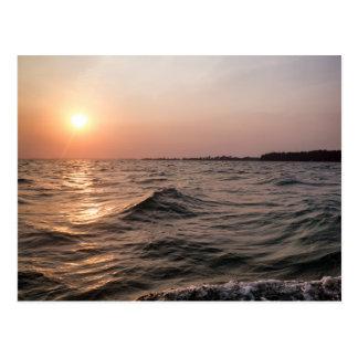Paisaje marino en la puesta del sol, postal