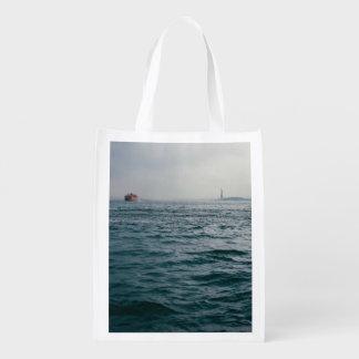 paisaje marino hermoso de un barco solitario bolsa reutilizable