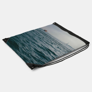 paisaje marino hermoso de un barco solitario mochilas