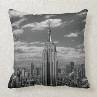 Paisaje negro y blanco del horizonte de New York C Cojin