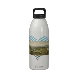 Paisaje panorámico con el cortijo por los vatios d botella de agua