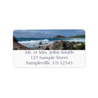 Paisaje tropical de la playa rocosa de St Thomas Etiqueta De Dirección
