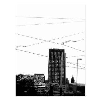 Paisaje urbano abstracto imponente en monocromo tarjeta postal