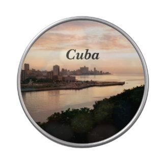 Paisaje urbano cubano latas de caramelos