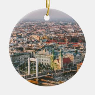 Paisaje urbano de Budapest en la puesta del sol Adorno De Navidad