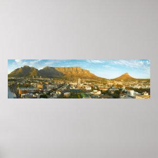 Paisaje urbano de Cape Town con la montaña de la Posters