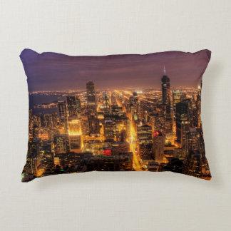 Paisaje urbano de la noche de Chicago Cojín Decorativo