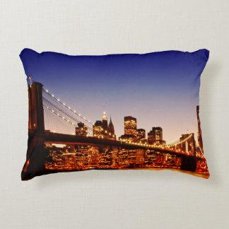 Paisaje urbano de Nueva York con el puente sobre Cojín