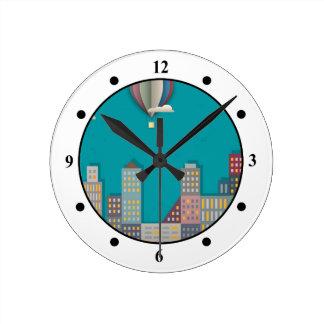 Paisaje urbano del globo del aire caliente reloj redondo mediano
