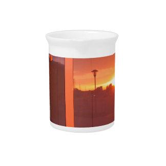 Paisaje urbano en la puesta del sol, que se jarras de beber