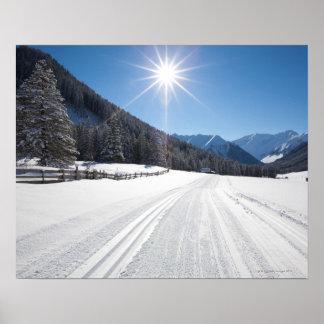 paisajes idílicos del invierno en el berwanger póster
