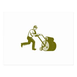 Paisajista del jardinero que empuja el rodillo del postal