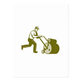 Paisajista del jardinero que empuja el rodillo del postales