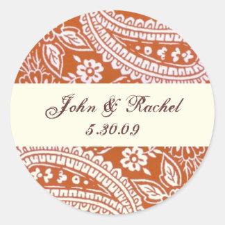 Paisley anaranjada con nombres y la fecha pegatina redonda