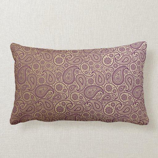 Paisley púrpura en fondo del oro almohada