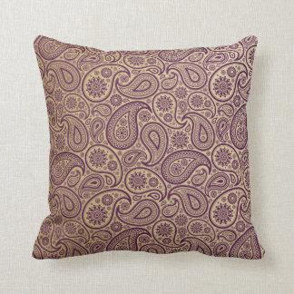 Paisley púrpura en fondo del oro cojín