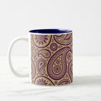 Paisley púrpura en fondo del oro taza de café