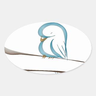 Pájaro azul adorable que se sienta en una rama pegatina ovalada