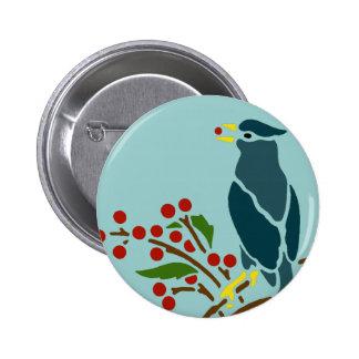 Pájaro azul con las bayas pin redondo de 2 pulgadas