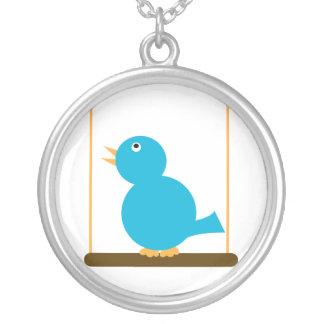 Pájaro azul en un collar de la perca