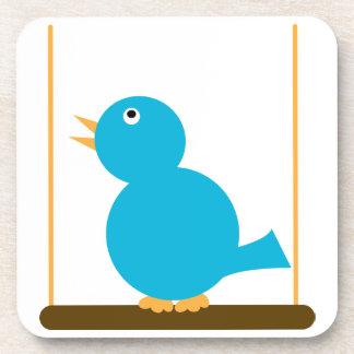 Pájaro azul en un práctico de costa del corcho de  posavasos
