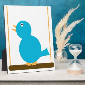 Pájaro azul en una placa de la perca