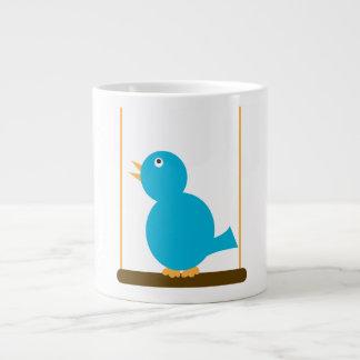 Pájaro azul en una taza de la especialidad de la p taza grande