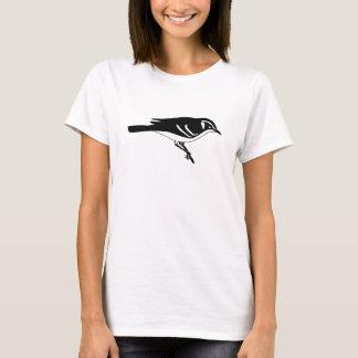 Pájaro blanco y negro de la curruca en una rama playera