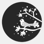 Pájaro blanco y negro en una rama etiqueta redonda