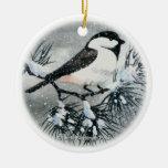 Pájaro capsulado negro del Chickadee Adorno Para Reyes