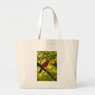 Pájaro cardinal rojo en árbol de Lois Bryan Bolsa