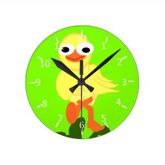 Pájaro chiflado chartreuse reloj de pared