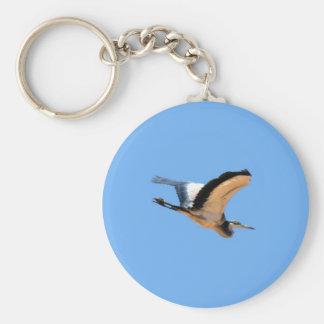 Pájaro con alas de la garza de gran azul en vuelo llavero redondo tipo pin