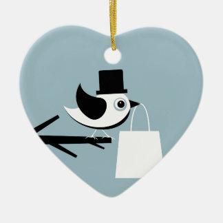 Pájaro con un paquete adorno navideño de cerámica en forma de corazón