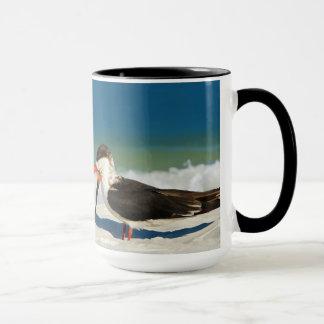 Pájaro de la desnatadora en la taza de la playa