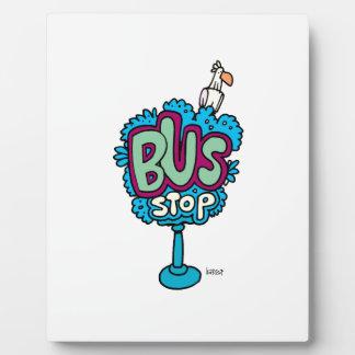 Pájaro de la parada de autobús placas