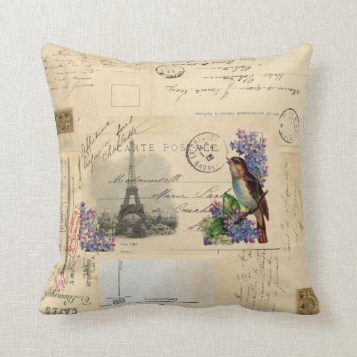 Pájaro de la postal de París en la almohada de las