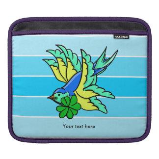 Pájaro de vuelo afortunado del trébol de cuatro fundas para iPads