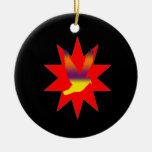 Pájaro de vuelo en el ornamento rojo de la ornamento de navidad