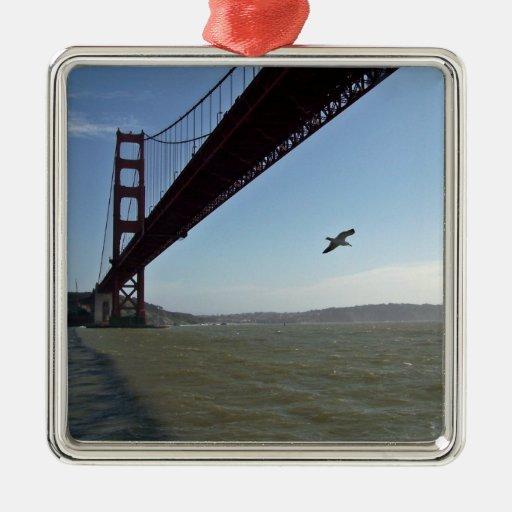 Pájaro debajo de puente Golden Gate Adorno Cuadrado Plateado