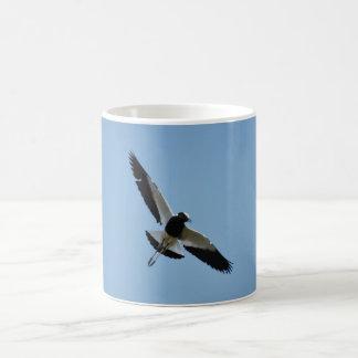 Pájaro del chorlito en vuelo tazas