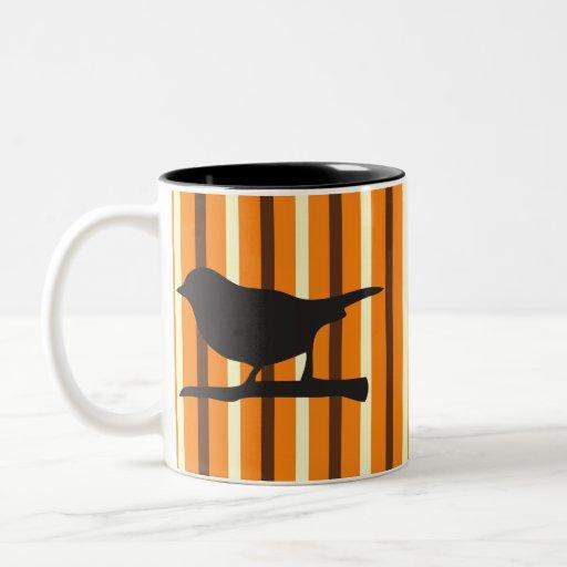 Pájaro del cuervo de Halloween y silueta anaranjad Tazas
