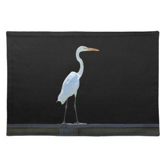 Pájaro del Egret en Placemat que cerca con Manteles