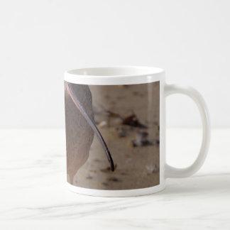Pájaro del gaitero de la arena en la playa taza de café