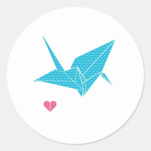 pájaro del origami con el corazón pegatina redonda