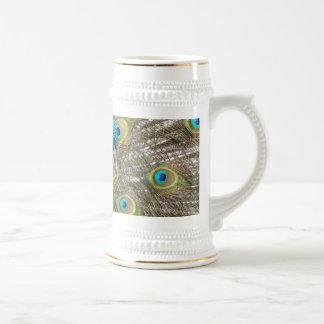 Pájaro del pavo real con las plumas hermosas jarra de cerveza