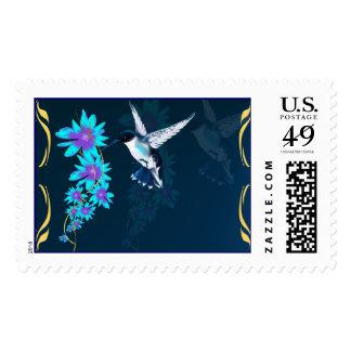 Pájaro del tarareo en franqueo azul estampillas