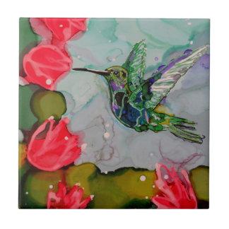 Pájaro del tarareo y flores rojas azulejo cuadrado pequeño