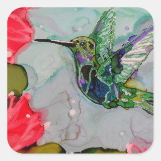 Pájaro del tarareo y flores rojas pegatina cuadrada