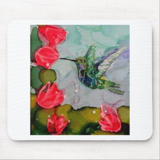 Pájaro del tarareo y flores rojas tapetes de raton
